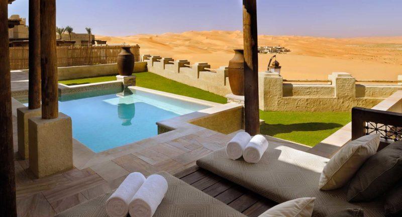 villa con piscina en el desierto