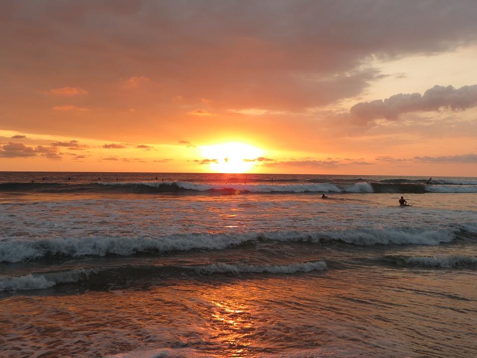 Surf y puesta de sol costa rica
