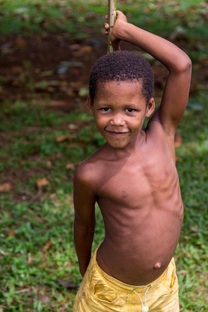 Niño de Sao Tome posando